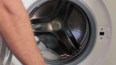 Colocar la ropa sucia — Vídeo de Stock