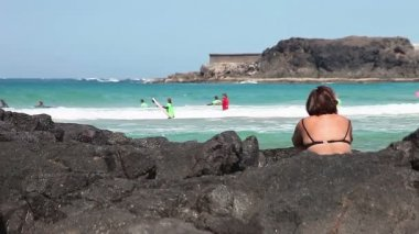 Woman watching surfers — Stock Video