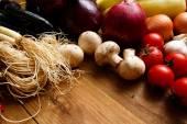 Hälsosamma ekologiska grönsaker på en trä bakgrund — Stockfoto