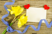 Empty card with flower and ribbon on wooden background — Foto Stock