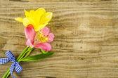 Flor com fita azul na mesa de madeira — Fotografia Stock