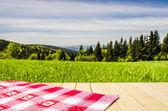 Mantel rojo sobre mesa de madera — Foto de Stock