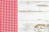 Красная скатерть над деревянным столом — Стоковое фото