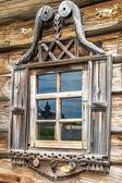 Деревянные окна в старых домах в русского Севера. Красивые кадры. Резьба по дереву. Традиционное жилищного строительства древесины. — Стоковое фото