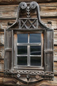 Wooden windows in old houses in the Russian north. Beautiful frames. Woodcarving. Traditional housing construction wood. — Stock Photo