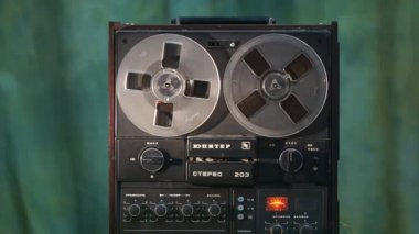 Old Reel-To-Reel Tape Recorder — Stock Video