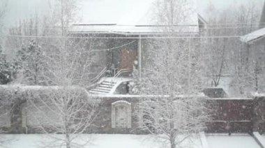 Neige à l'extérieur de la fenêtre — Vidéo