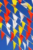 Flera strängar, färgglada, trekantiga banret sjunker, klarblå — Stockfoto