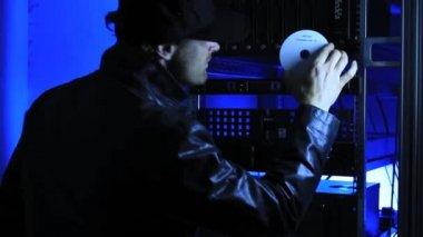 Burglar steals data — Stock Video