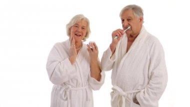 Senior couple in bathroom — Stock Video