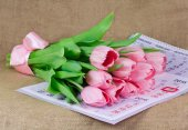 A bouquet of pink tulips lying on the calendar — Stock Photo