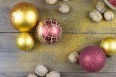 Decorações de Natal em uma placa de madeira velha — Fotografia Stock