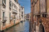 Rio de la Pleto de canal veneziano. Paredes velhas com varanda e elementos architecturical. Veneza, Veneto, Itália — Fotografia Stock