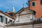Small church and St Marks Campanile with gilden angel — Stockfoto
