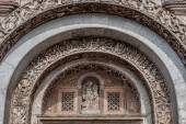Bas-relief arch over the gate to the Saint Marks Basilica — Stock Photo