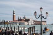 Tourists waiting gondola on San Marco embankment. — Stock Photo
