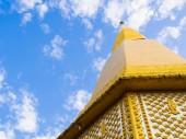 Złota pagoda na tle błękitnego nieba — Zdjęcie stockowe
