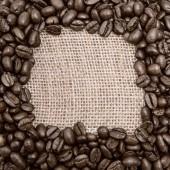 Káva na pozadí pytlovina. Kolo prostor pro text — Stock fotografie
