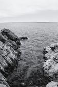 The rocky coastline. Rock in the sea. Black and white — Stock Photo