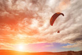 Paraglide over the valley — Stock Photo