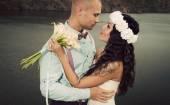 Groom and bride kissing against river — Zdjęcie stockowe