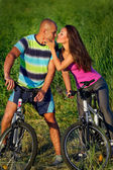 Lovely couple riding bikes — Stock fotografie