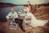 Sposa e sposo accanto al tavolo — Foto Stock