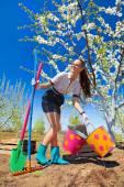 Chica con rastrillos y pala — Foto de Stock