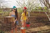 Dos chicas que trabajan en jardín — Foto de Stock