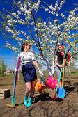 Dos chicas jóvenes en jardín — Foto de Stock