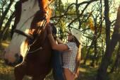Mädchen gebietsübergreifender Pferd im Garten — Stockfoto