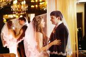 美丽的新婚夫妇的特写肖像所述拥抱在室内镜子豪华背景的面纱。爱和家庭的观念. — 图库照片