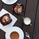 Tassen Kaffee mit zwei muffins — Stockfoto #65459255