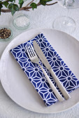 Simple party table place setting blue and white — Stock Photo