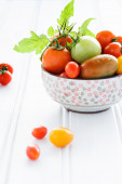 Bowl of fresh mixed tomatoes — Stock Photo