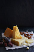 Cheese selection with grapes and nuts — Fotografia Stock