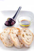 Starter plate of bread and olives  — Stock Photo