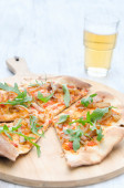 Pizza with fresh rocket and caramelised onion — Stock Photo