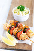Healthy chicken kebabs and coleslaw  — Stock Photo