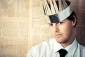 Człowiek z tektury koronę na głowę — Zdjęcie stockowe