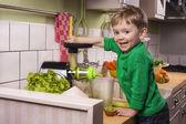 Glücklich Kleinkind machen grüne Saft — Stockfoto