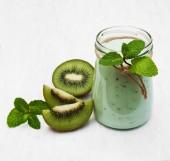 Kiwi smoothie in glass — 图库照片