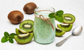 Kiwi smoothie in glass — Stock Photo