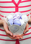 Easter eggs by hands — Stockfoto