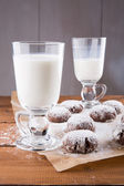 Milk and chocolate crinkles cookies — Stock Photo
