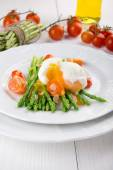 Green asparagus stems with soft-boiled egg, tomato and sauce. — ストック写真