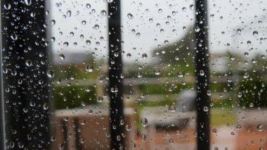 滴在窗户玻璃上的雨。下着雨。4 k — 图库视频影像