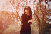 Vacker brunett innebär för bilder — Stockfoto