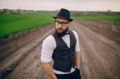 Baard man in veld lonley — Stockfoto