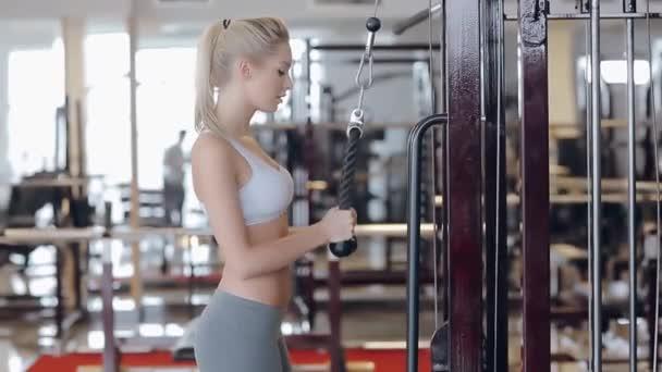 Hermosa rubia haciendo ejercicios de gimnasio — Vídeo de stock